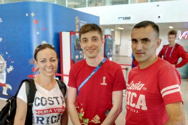 Сергей Горохов (в центре) с костариканскими болельщиками, которые приехали с оригинальными подарками на ЧМ.