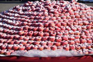 Композиция состояла из более чем 22 000 пончиков.