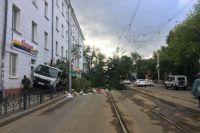 ДТП с мусоровозом на улице Степана Разина в Иркутске.