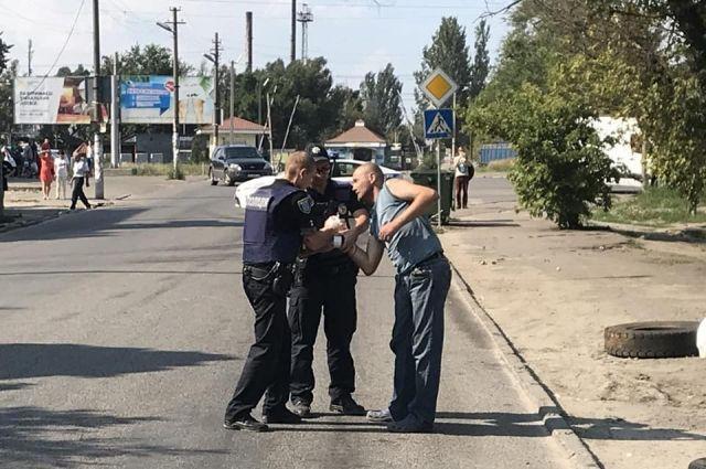 В Днепре несколько мужчин ради забавы дали приятелю в руки гранату без чеки