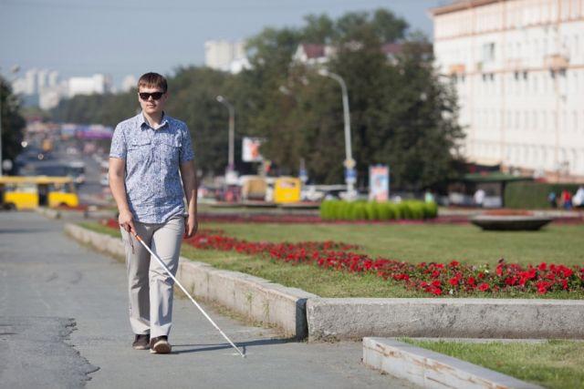 Сейчас незрячий путешественник едет через всю Россию на попутных автомобилях.