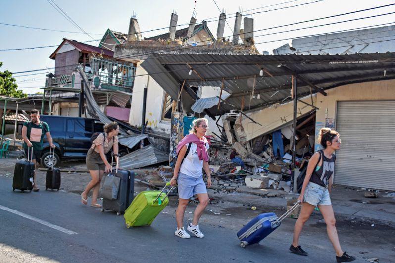 Иностранные туристы покидают места отдыха в Пеменанге, Северный Ломбок.
