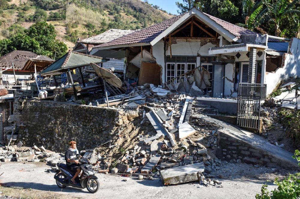 Разрушенный дом в Пеменанге, Северный Ломбок.