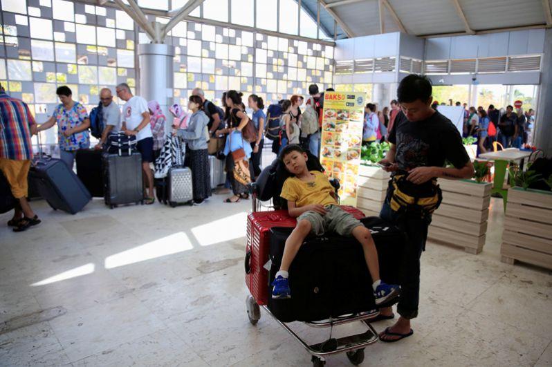 Туристы покидают остров Ломбок после землетрясения, международный аэропорт Ломбок.