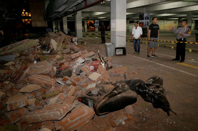 Последствия землетрясения видны и на соседних островах. Обломки стены на парковке мотоциклов в торговом центре в Куте, Бали.