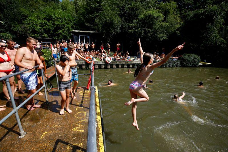 Люди купаются на озере Хэмпстед-Хит в Лондоне, Великобритания.