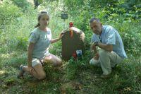 Владимир Косатых с дочерью на могиле предка.