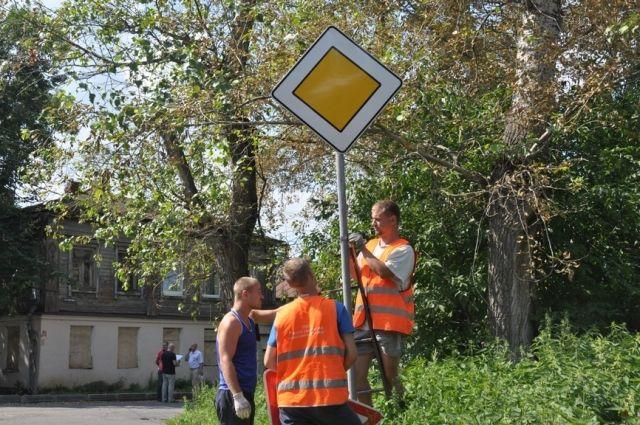 На улице Подбельского во Владимире устанавливают новые дорожные знаки.