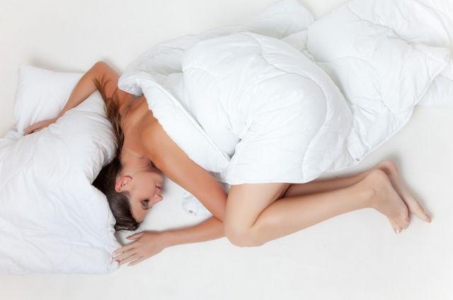 Большинство людей спит в позе эмбриона - свернувшись калачиком.