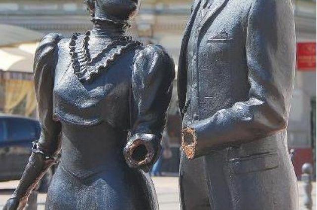 Скульптура влюблённой пары на Большой Покровке лишилась рук.