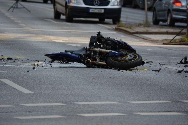 Мотоциклист попал в аварию.