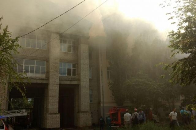 Cотрудники экстренных служб  эвакуировали 300 человек впожаре  вволгоградском институте