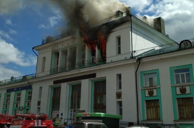 Загорелись второй этаж и кровля здания.