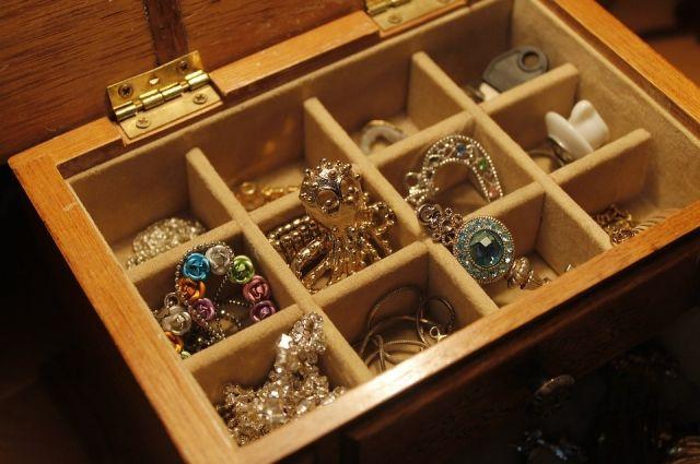 В Орске местная жительница украла краденые украшения.