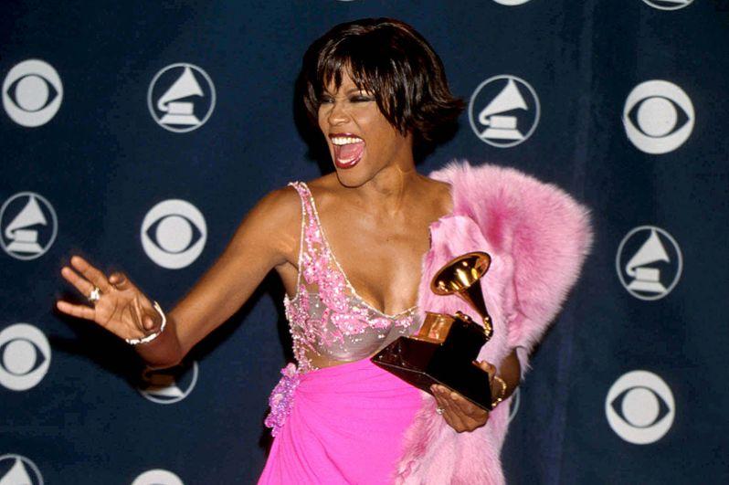 В 2000-х годах стали активно распространяться слухи о наркозависимости обоих супругов. На фото: Уитни на 42-й церемонии вручения премии «Грэмми».