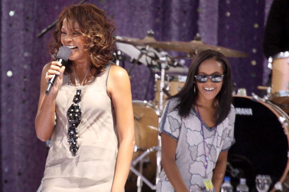 Уитни Хьюстон с дочерью Бобби Кристиной Браун на концерте «Доброе утро, Америка», 2009 год. Единственная дочь певицы скончалась 26 июля 2015 года, она была обнаружена без сознания в собственной ванной комнате.
