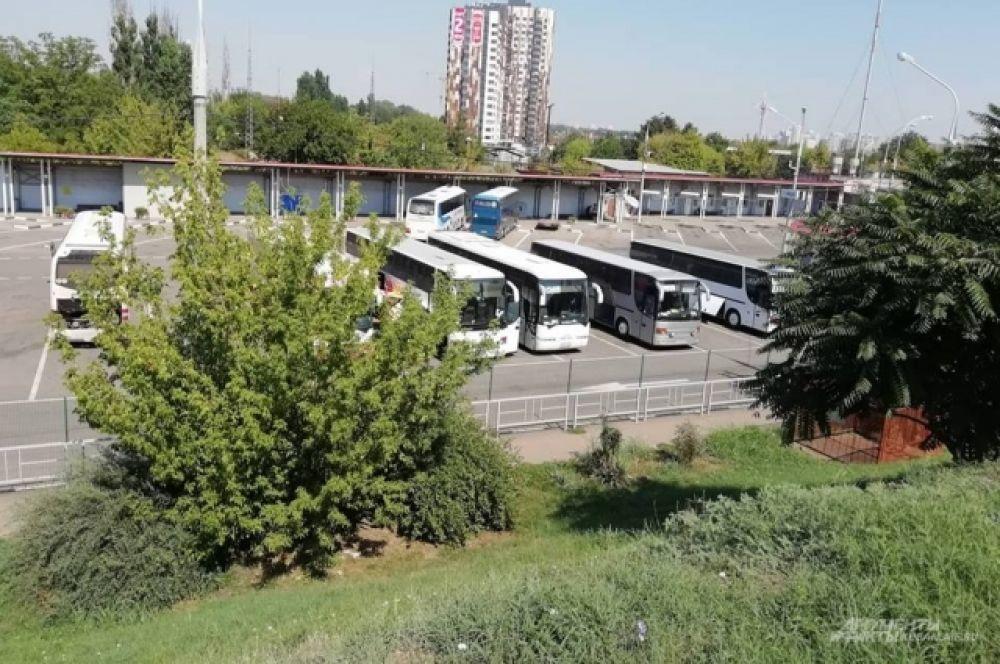На «Южном» вокзале, как видно сверху, рейсовых пригородных автобусов нет. В глаза бросаются междугородние с табличками «Ялта». Ещё недавно они затерялись бы автобусов коллег из пригорода.