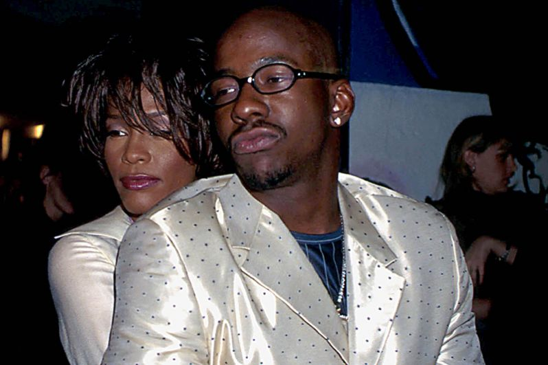В 1989 году Хьюстон познакомилась с певцом из R&B-группы New Edition Бобби Брауном. Через три года они поженилась. У Брауна к тому времени уже были проблемы с законом и трое детей от разных женщин. На фото: пара на показе коллекции Versace, 1998 год.