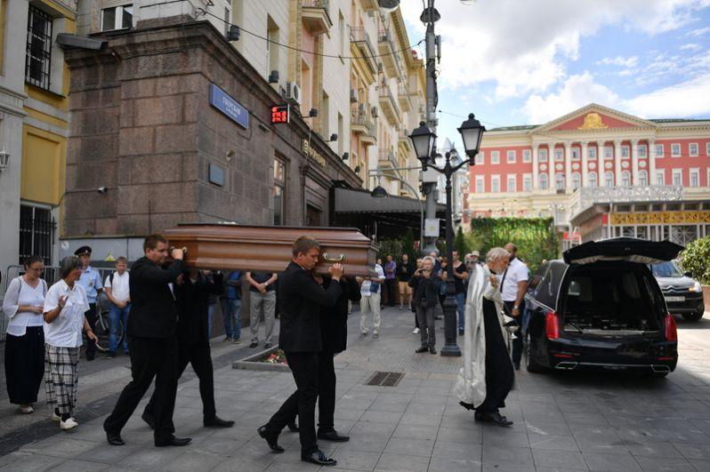 Вынос гроба с телом журналиста Александра Расторгуева после отпевания в храме Космы и Дамиана в Москве.