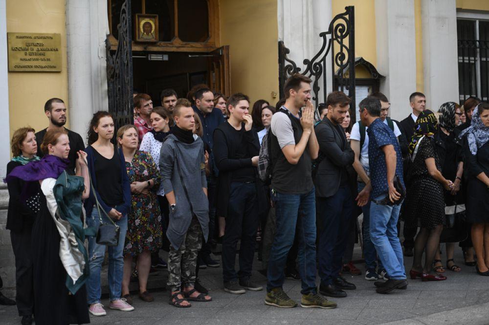Люди у храма Космы и Дамиана в Москве после отпевания журналиста Александра Расторгуева.