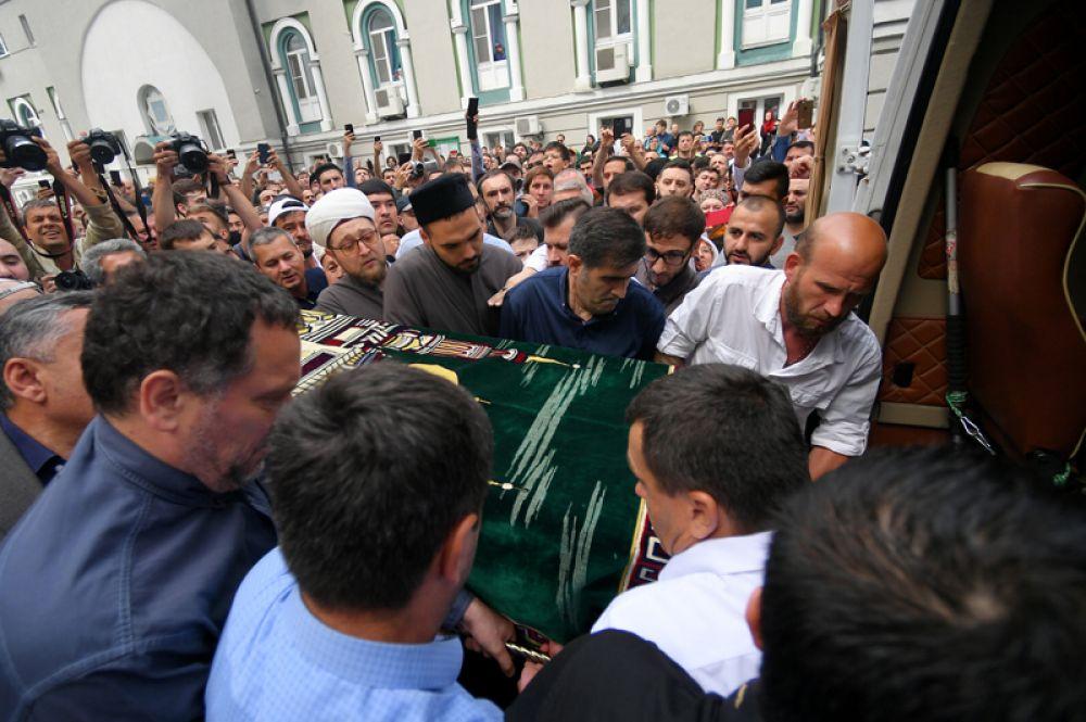 Гроб с телом журналиста Орхана Джемаля у Московской соборной мечети после отпевания.