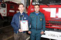Новоуренгойца, который спас детей, наградили пожарные