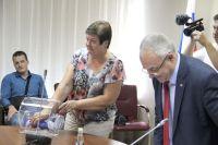 7 августа в избиркоме впервые провели жеребьёвку по партийным спискам через лототрон. Представители партий вытягивали номера, под которыми они будут располагаться в избирательных бюллетенях.