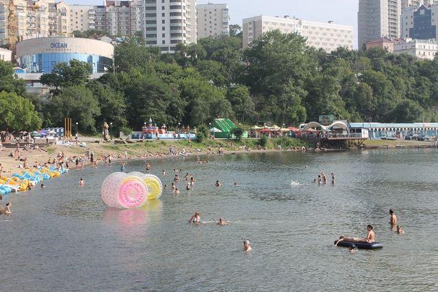 На центральном пляже Владивостока тоже запрещено купаться, но отдыхающим это не указ.
