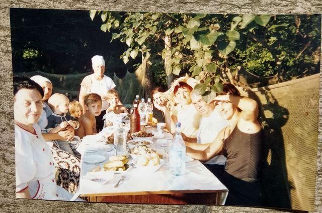 Большая семья потомков Дундуковых за праздничным столом.