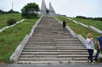 Давно разбитые ступени к мемориалу безнадёжно ждут ремонта.