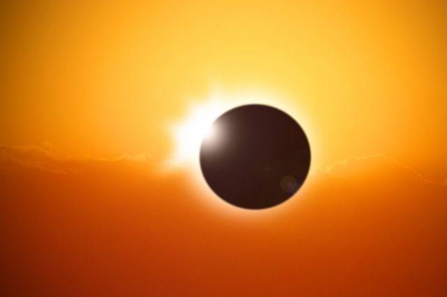 Специалисты обращают внимание, что без специальной защиты глаз наблюдать солнечное затмение опасно.