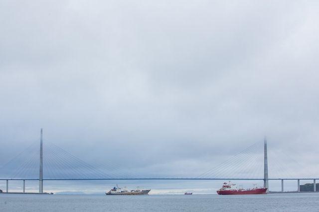 Русский мост встречает корабли, возвращающиеся из дальних странствий.