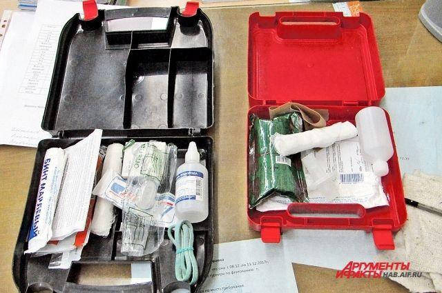 Для обработки ран положите в аптечку бинт, лейкопластырь, зелёнку и антисептическое средство.