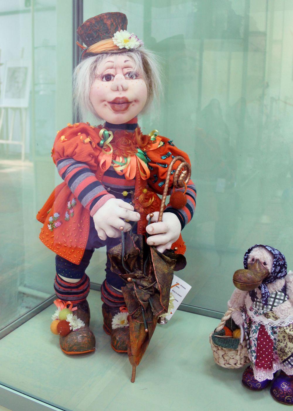 В экспозиции представлено более ста кукол из России, Франции, Германии, Англии, США, Китая, Японии, Польши, Италии.