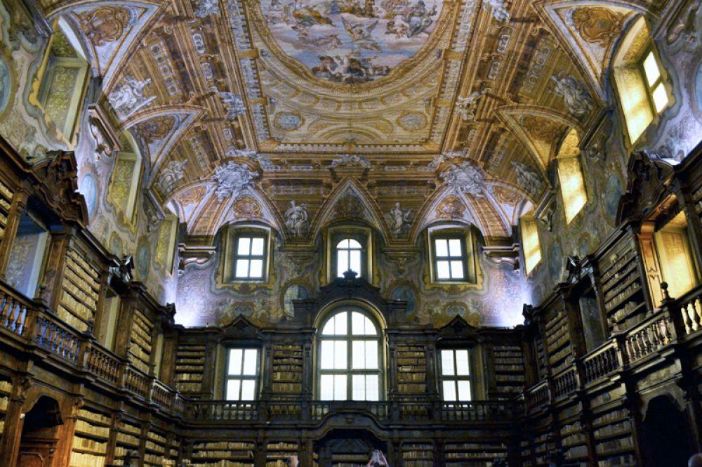 Государственная библиотека Джироламини, Неаполь, Италия. Коллекция библиотеки насчитывает около 170 тысяч наименований книг по богословию, церковной истории и истории Европы. В 2012 году злоумышленники украли из хранилища около 4 тысяч книг, в связи с чем библиотека была закрыта для посетителей.