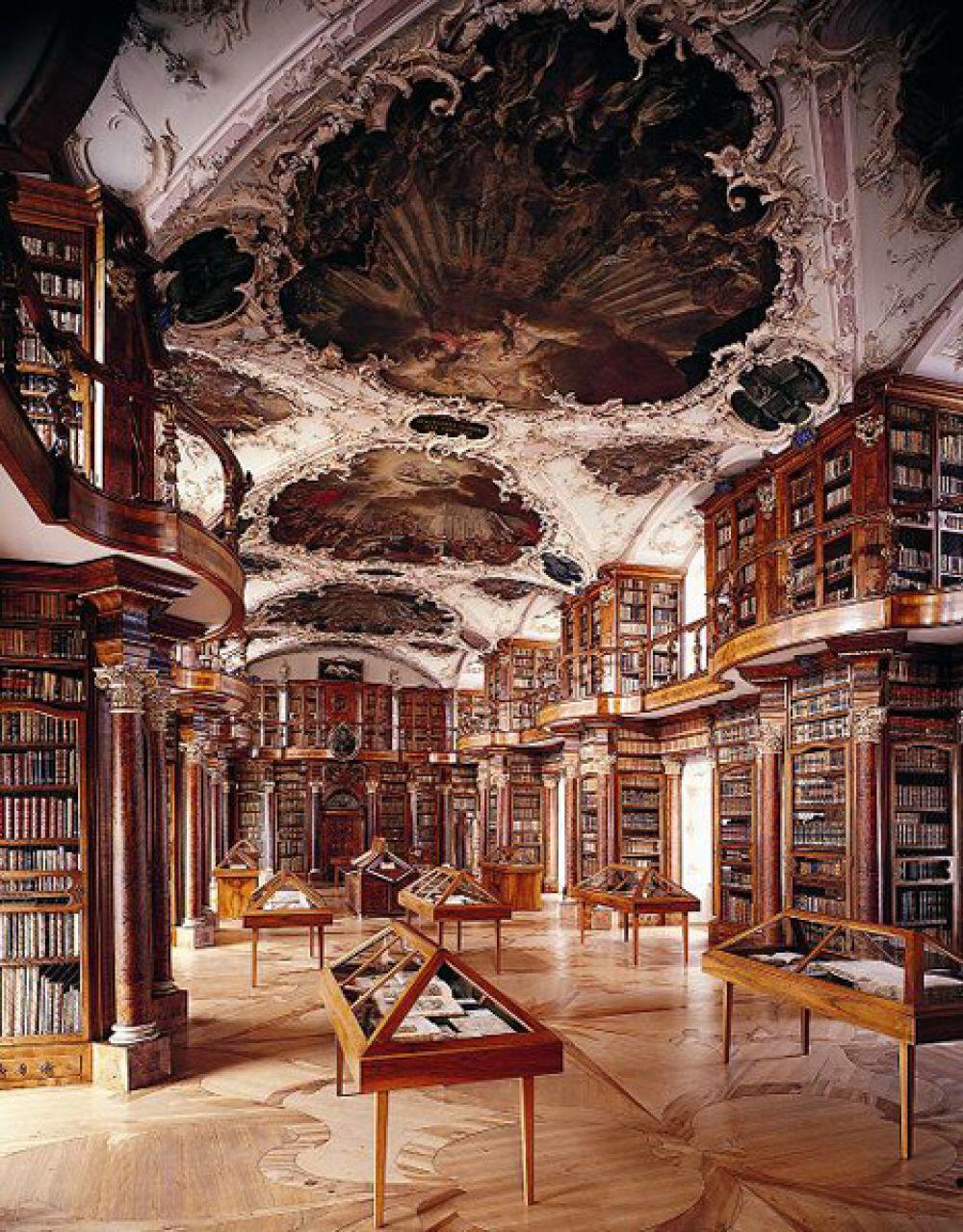 Библиотека монастыря Святого Галла, Швейцария. Книгохранилище было основано в начале VIII века первым аббатом этой обители святым Отмаром. Библиотека Санкт-Галленского монастыря является одним из самых значительных собраний старинных книг и манускриптов в Европе. В ней содержатся 2100 рукописей VIII-XV веков, в фондах библиотеки находятся около 160 тысяч книг. В 1983 году библиотека вместе с монастырем была внесена в список Всемирного наследия ЮНЕСКО.