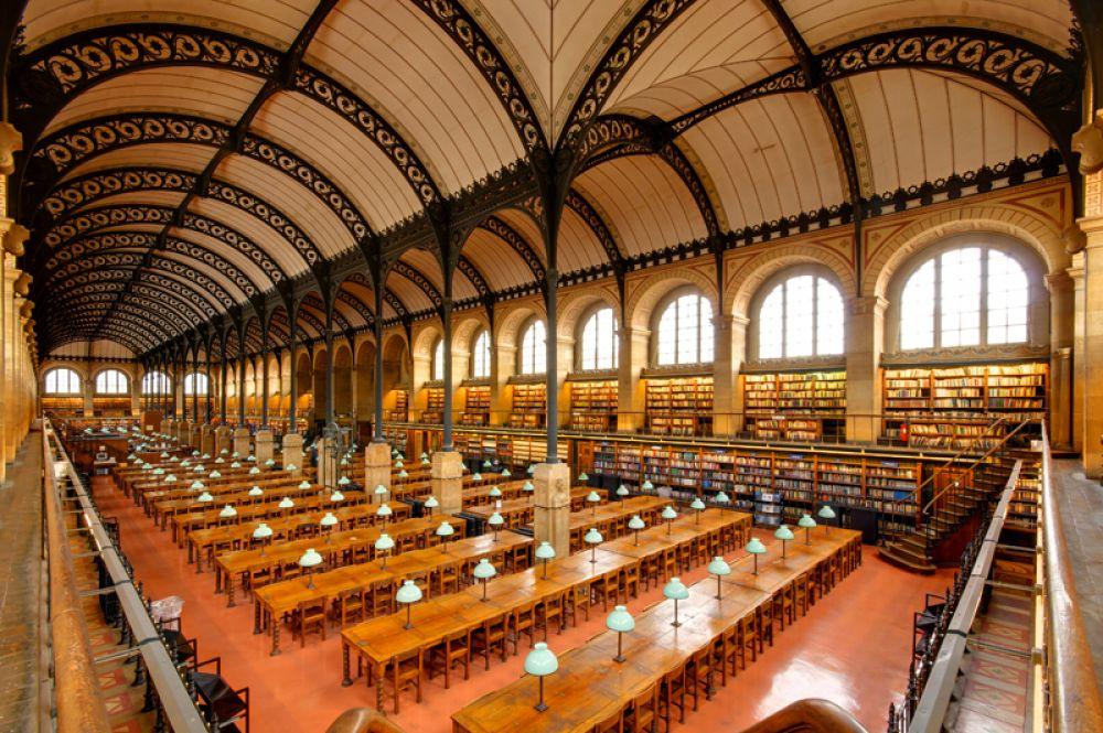 Библиотека Святой Женевьевы, Париж, Франция. Помещение библиотеки построено в 1843-1851 годах по проекту архитектора Анри Лабруста на месте разрушенного в ходе Великой Французской революции аббатства Святой Женевьевы. Фонды библиотеки составляют более 2 миллионов единиц хранения. Здесь есть и унаследованная коллекция из 226 книг аббатства, в том числе фолианты XII века.