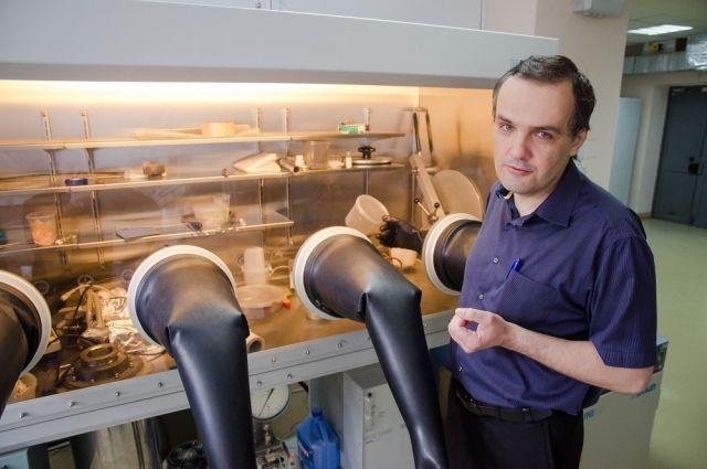 Вячеслав Авдин проводит научные исследования в четырёхперчаточном герметичном боксе - разрабатывает новые способы очистки сильно загрязнённой воды.