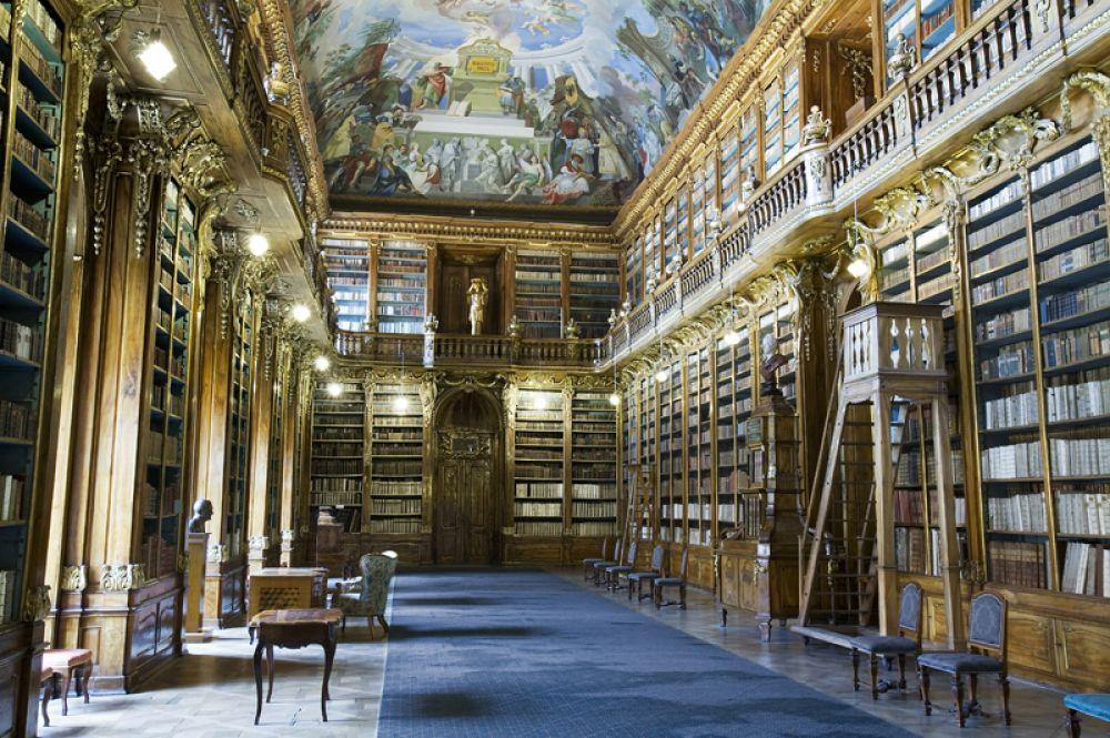 Библиотека Страговского монастыря, Прага, Чехия. В монастыре на протяжении более 800 лет существует внушительная старинная библиотека. Самые старые книги датируются серединой XII века. Коллекция хранится в двух залах — Теологическом и Философском, потолки которых украшают фрески.