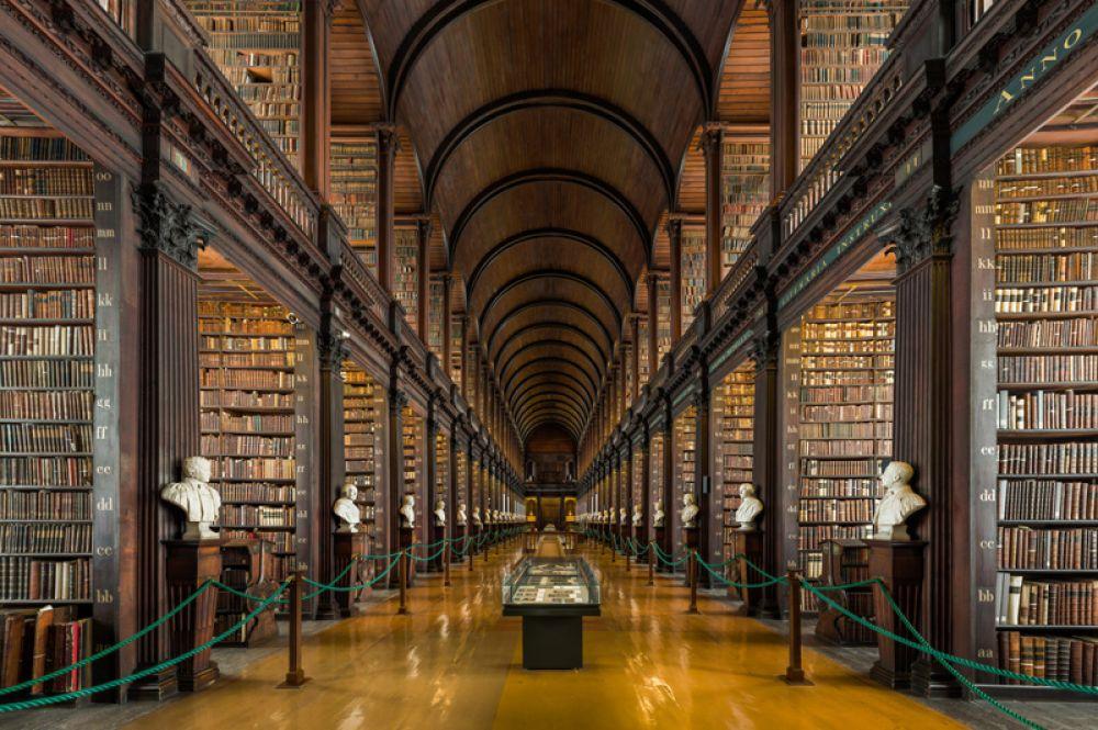 Библиотека Тринити-колледжа в Дублине — самая большая в Ирландии. Здесь хранится огромное количество книг, поскольку библиотека имеет право на получение экземпляра каждой книги, напечатанной в Ирландии или Великобритании. Именно здесь хранится знаменитая Келлская книга — четыре Евангелия, созданные кельтскими монахами примерно в 800 году.