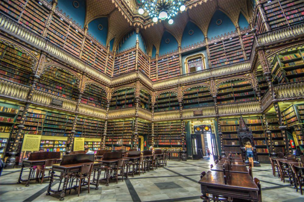 Португальская королевская библиотека, Рио-де-Жанейро, Бразилия. Здание, спроектированное архитектором Рафаелем да Сильва-и-Каштру в стиле нового мануэлино, из-за своего внешнего и внутреннего убранства является одной из городских достопримечательностей и неоднократно появлялось в различных фильмах. Библиотека обладает самым большим собранием произведений на португальском языке за пределами Португалии.