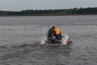 Прибывшие на место спасатели извлекли тело из воды и передали полиции.