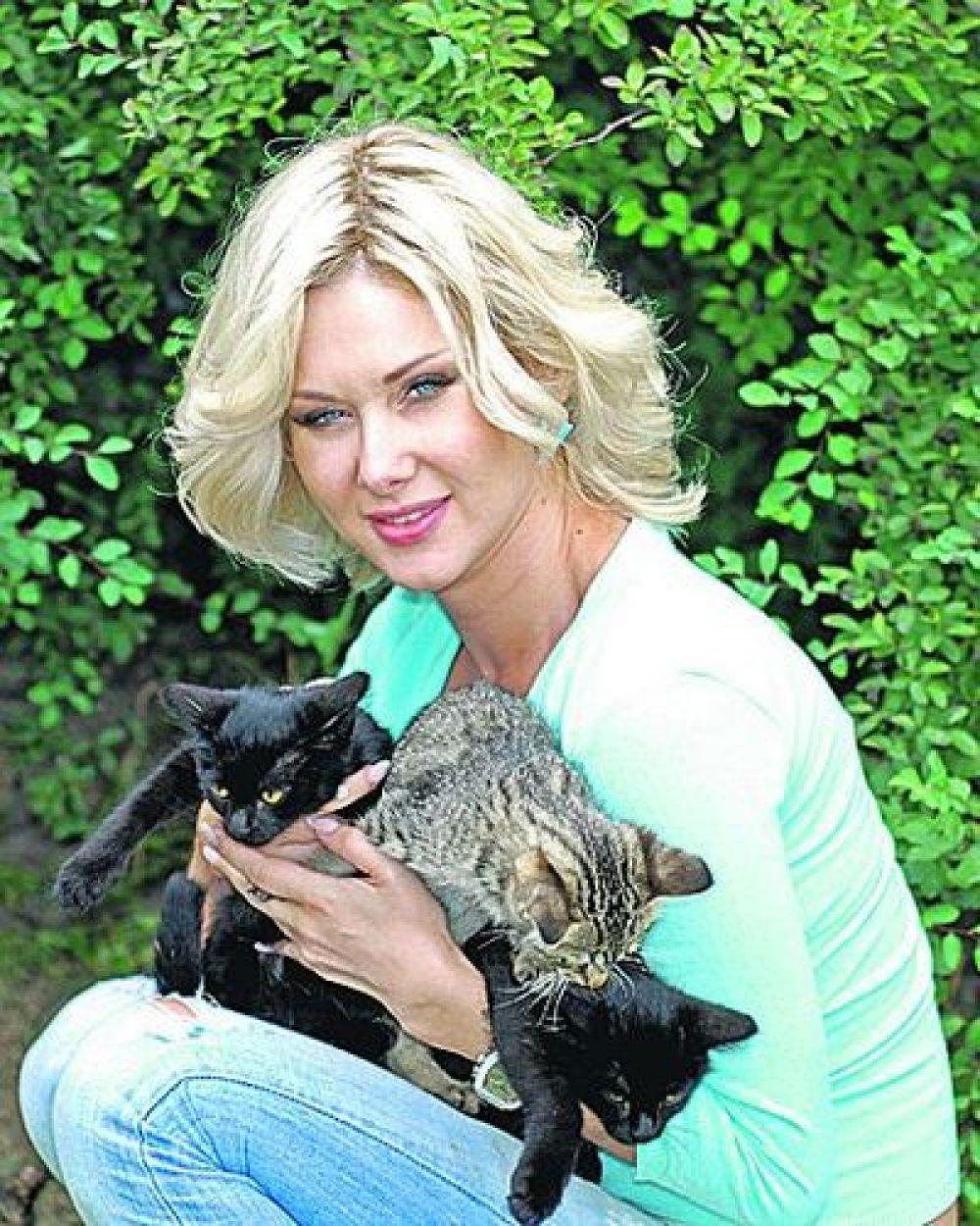 """У Кати Бужинской дома - настоящий кошачий """"зоопарк"""", кошек у нее три или четыре, и всем тепла от хозяйки достается сполна."""