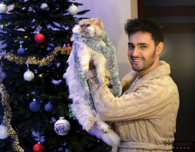 У Виталия Козловского живет кошка Кася, в которой он души не чает, о чем говорит и вся мебель в доме.