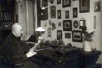 Арнольд Бренинг в кабинете.
