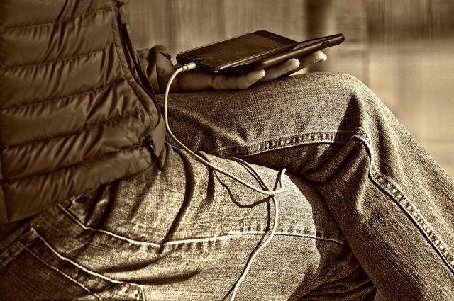Почему нельзя носить мобильник в кармане брюк?