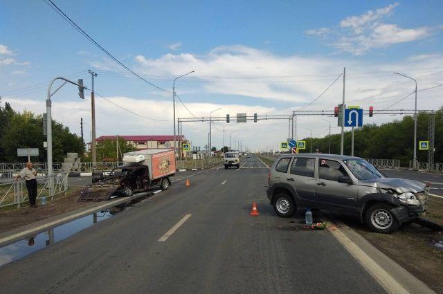 Водитель автомобиля Chevrolet NIVA выехал на перекресток во время запрещающего сигнала светофора.