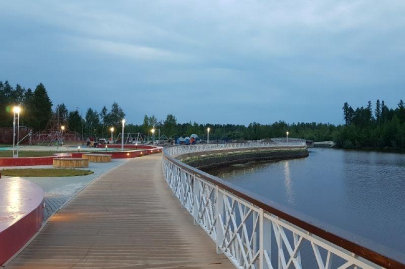 Город расположен на левом берегу реки Казым.