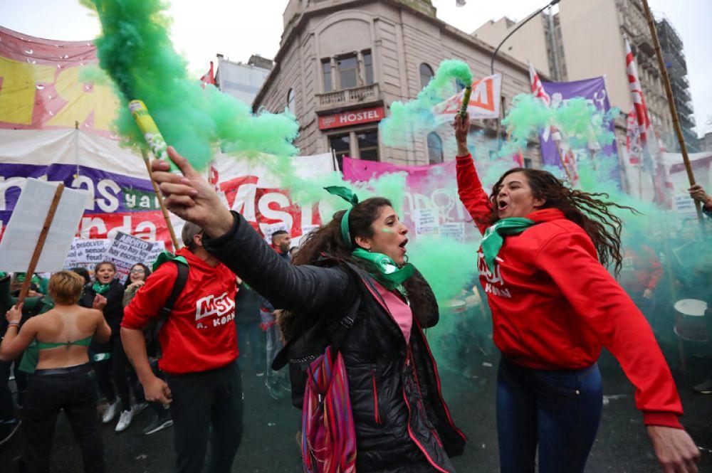 Участницы митинга в поддержку законопроекта, легализующего аборты, в Буэнос-Айресе.