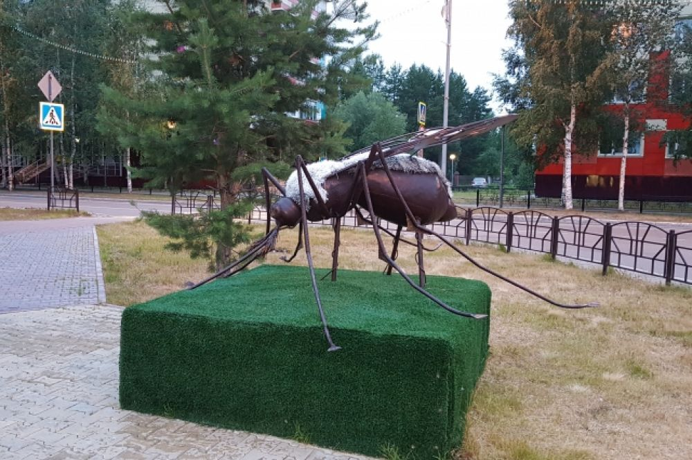 Типичного для Югры кровососущего насекомого здесь запечатлели в форме монумента.